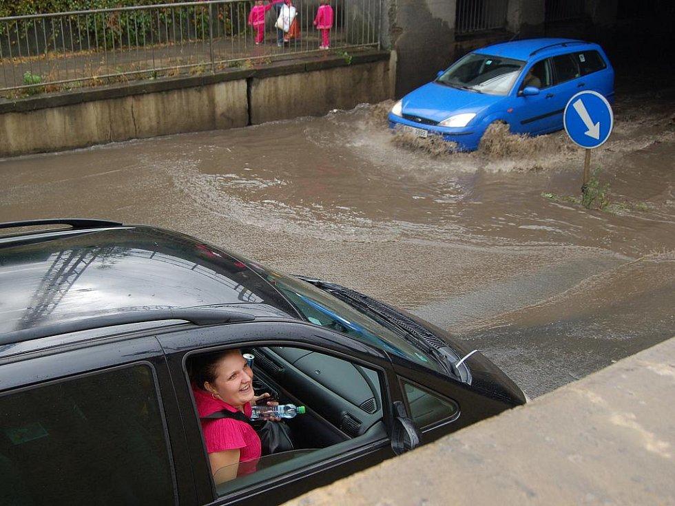Prudké přívalové deště řádily v sobotu odpoledne na Přerovsku. Kromě dvou domů ve Všechovicích, které byly teprve nedávno zaplavené, se ocitl pod vodou i Kojetínský podjezd v Přerově. Hasiči odčerpávali vodu na mnoha místech v regionu.