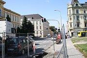 Kvůli pokládce asfaltu se na několik dní uzavře část silnice před Gymnáziem Jakuba Škody v Přerově