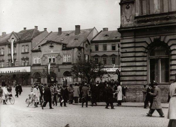 Shromáždění lidu vdopoledních hodinách na dolním náměstí 1.5.1945.