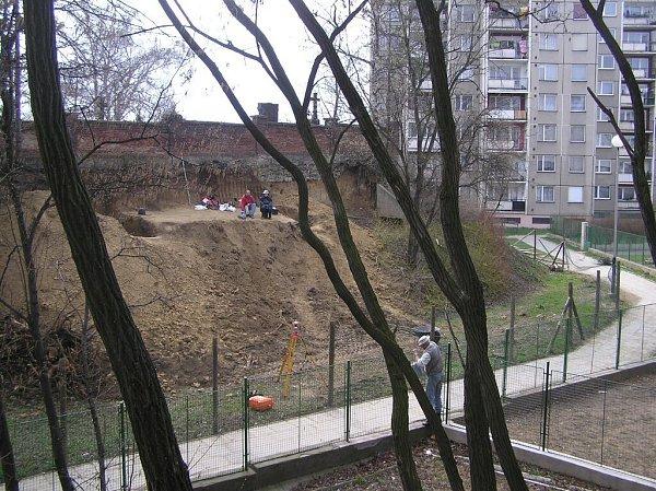 Severozápadní nároží hřbitova, kterého se výstavba panelového sídliště nedotkla, takže jde stále okus starého Předmostí. Vroce 2006zde vznikl Památník lovců mamutů – takto vypadala postupná proměna této lokality.