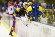 Hokejisté HC Zubr Přerov (v modrém) proti Frýdku-Místku (1:3). Lukáš Klimeš.