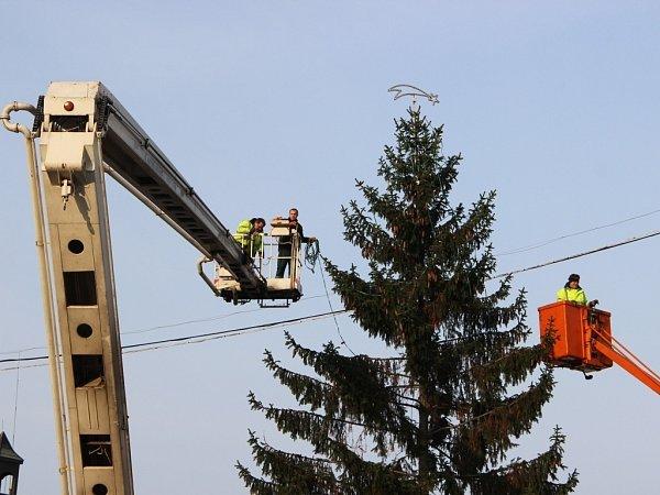 Zdobení vánočního stromu vPřerově