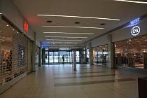 V nákupní Galerii Přerov se od soboty uzavřely obchody, mimo ty, které nabízejí potraviny, drogistické zboží a jiný sortiment, který vláda povolila.