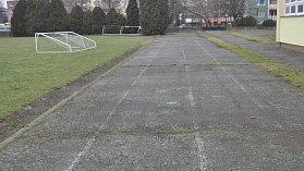 Sportovní areál u Základní školy Za mlýnem v Přerově už doslova obrůstá mechem. Přerov zvažuje investici do jeho opravy.