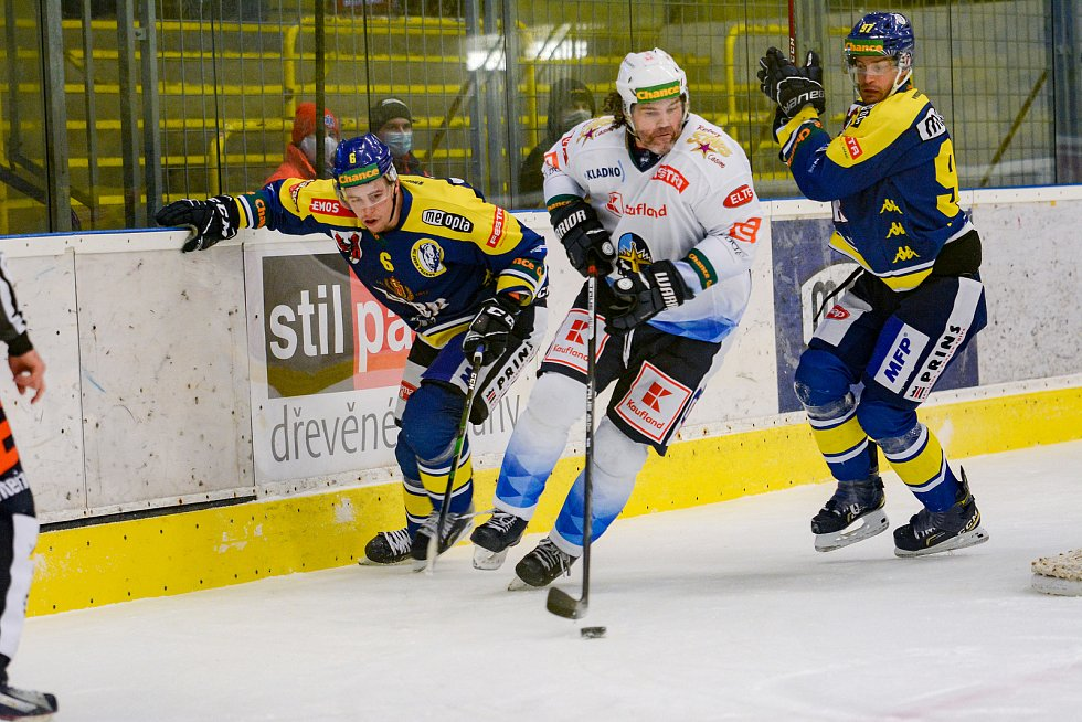 Hokejisté Přerova (v modrém) proti Kladnu. Jaromír Jágr