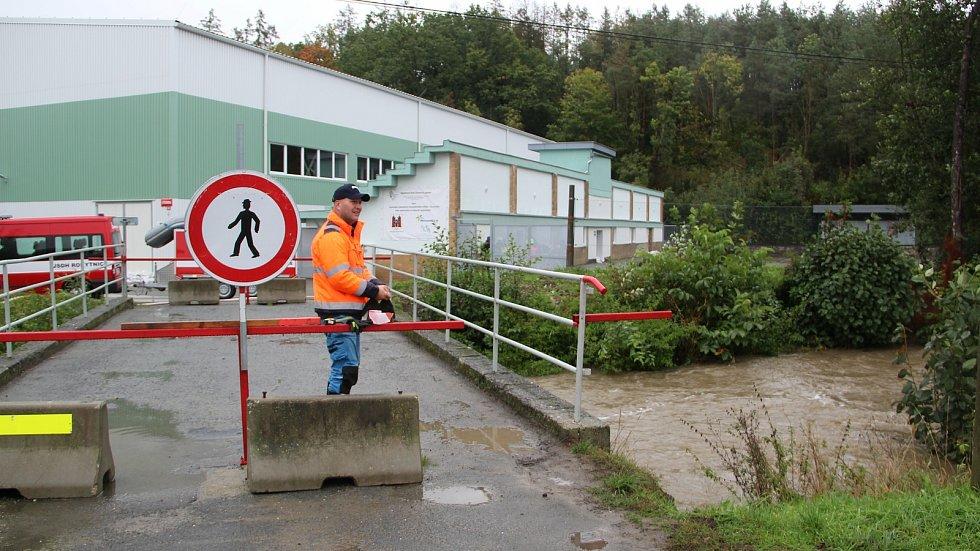 Stoupající hladina Olešnice v Žeravicích ohrožovala sportovní halu, 14. října 2020 odpoledne