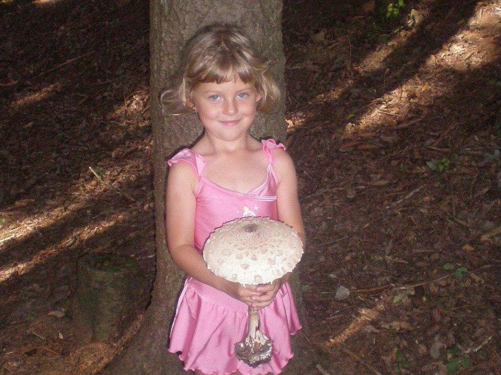 Čtyřletá Lucinka Punčochářová s obří bedlou