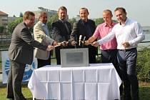 Ministr zemědělství Marian Jurečka spolu se zástupci Povodí Moravy a města Přerov slavnostně poklepali na základní kámen zídky na nábřeží Edvarda Beneše, která je jedním ze zásadních protipovodňových opatření ve městě.