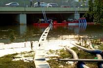 Přerovští dobrovolní a profesionální hasiči odčerpávají vodu za zaplavené dostihové dráhy v pražských Chuchlích.