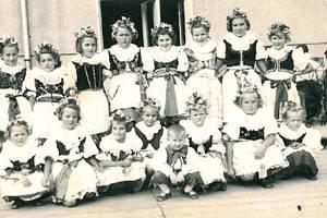 Také ve Skokách se těšili z Dožínek. Na fotografii dívky v barevných krojích v roce 1958.