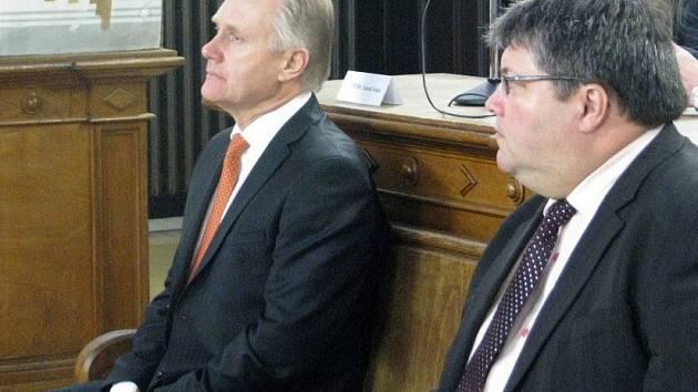 Bývalý přerovský primátor Jiří Lajtoch a radní Václav Zatloukal u soudu v kauze údajně předražených zakázek a korupce v listopadu 2014