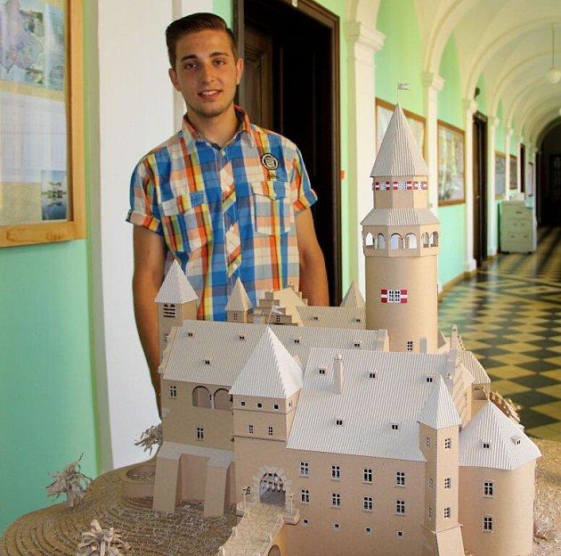 Na modelu hradu Bouzov pracoval Karel Mayer dva a půl měsíce
