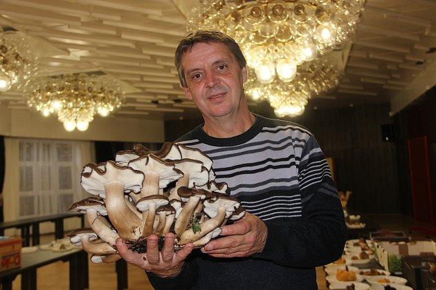 Uznávaný přerovský mykolog Jiří Polčák na tradiční výstavě hub.
