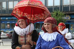 Krojovaný průvod Hanáků z přerovského folklorního souboru, řízná muzika a tanečky v ulicích - tak vypadala pondělní pozvánka na tradiční festival V zámku a podzámčí.