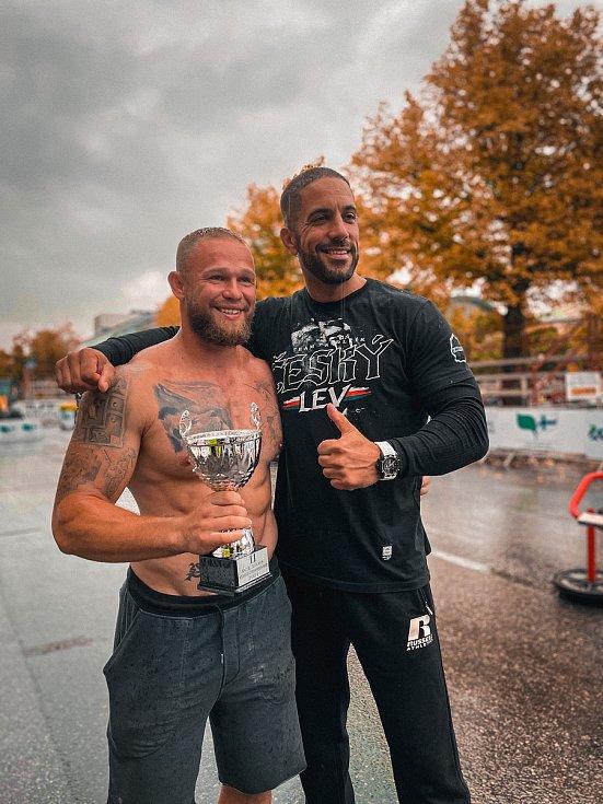 Český lev Jiří Tkadlčík má stříbro z mistrovství světa strongmanů do 105 kilogramů.