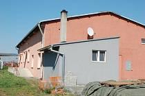 Ubytovna v Oseku nad Bečvou, kde byla nalezena mrtvá jednadvacetiletá dívka z Přerova. Podle policistů ji otrávil metylalkohol. V objektu bydlel ve vedlejším pokoji také pětačtyřicetiletý muž ze Zlínska, který zemřel na následky otravy v úterý ráno.