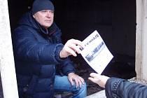 Brlohy bezdomovců navštívili v těchto dnech sociální pracovníci přerovského magistrátu. Rozdávají jim informační letáky a radí, kde najdou v mrazivých dnech azyl.
