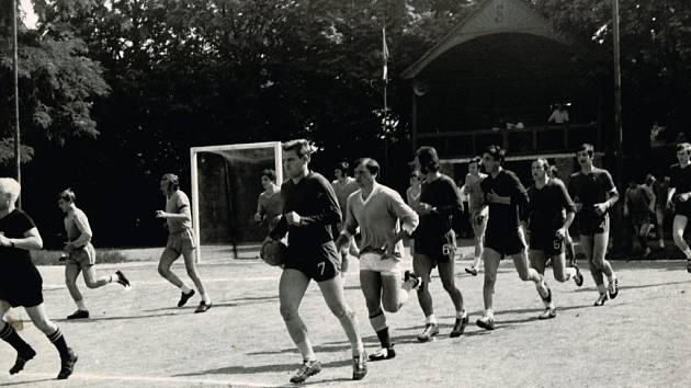 Házená má v Rokytnici dlouho tradici. Jako jediný tým na Přerovsku hraje Sokol nejvyšší soutěž v národní házené. Na snímku je zachycena dnes již neexistující rarita – dřevěná tribuna, místo pro rozhodčí i kapely.