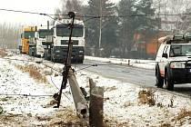 Havárie u Henčlova: auto porazilo elektrický stožár