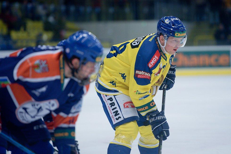 Hokejisté Přerova (ve žlutém) doma porazili Litoměřice 3:1. Jan Berger