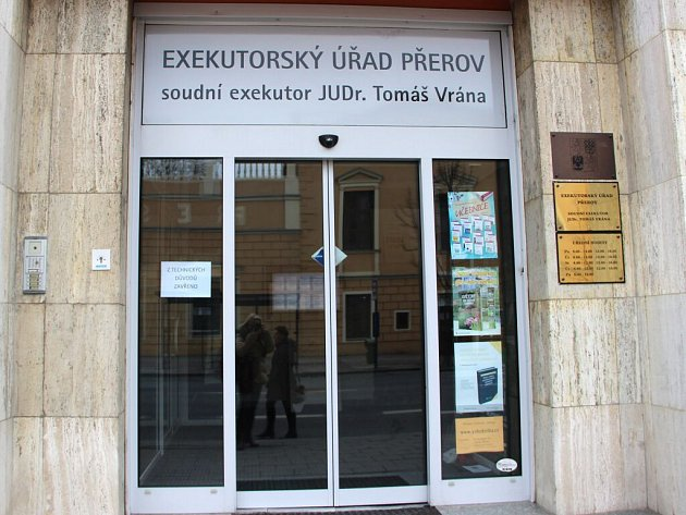 Situce na Exekutorském úřadě Tomáš Vrány vPřerově se ve středu ráno zklidnila – bylo totiž ztechnických důvodů zavřeno. Policie ale místo střežila celou noc.