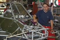 Ladislav Hanák při přípravě auta