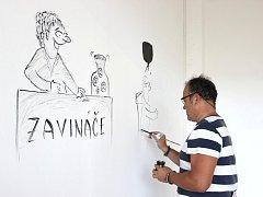 Stěny Nákupní galerie Přerov vyzdobil během středy několika kreslenými vtipy přerovský kreslíř Lubomír Dostál. V prostorách současně probíhá výstava jeho grafik starého Přerova.