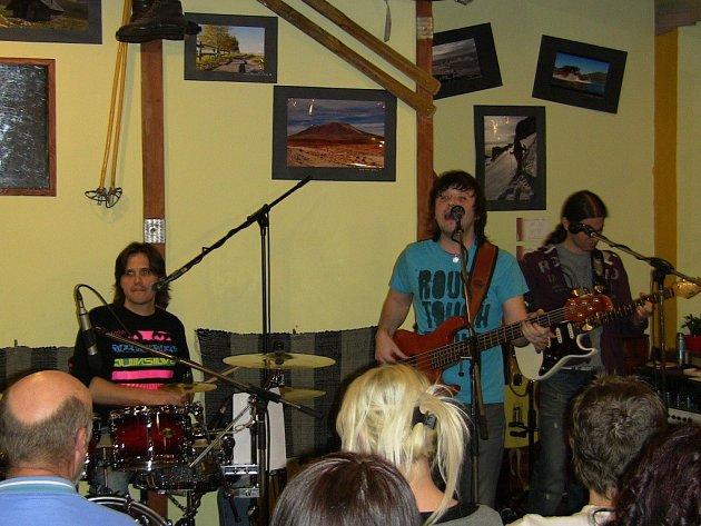 Zlínská formace Endy Moon a 4Pm Band v přerovském Base campu
