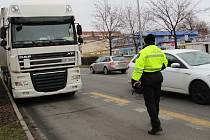 Přerovští strážníci v ulici Velká Dlážka zastavují kamiony ze zahraničí, které po otevření úseku dálnice mezi Lipníkem a Přerovem bloudí po městě