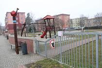 Uzavřené dětské hřiště v Jasínkově ulici v Přerově, 2. dubna 2021