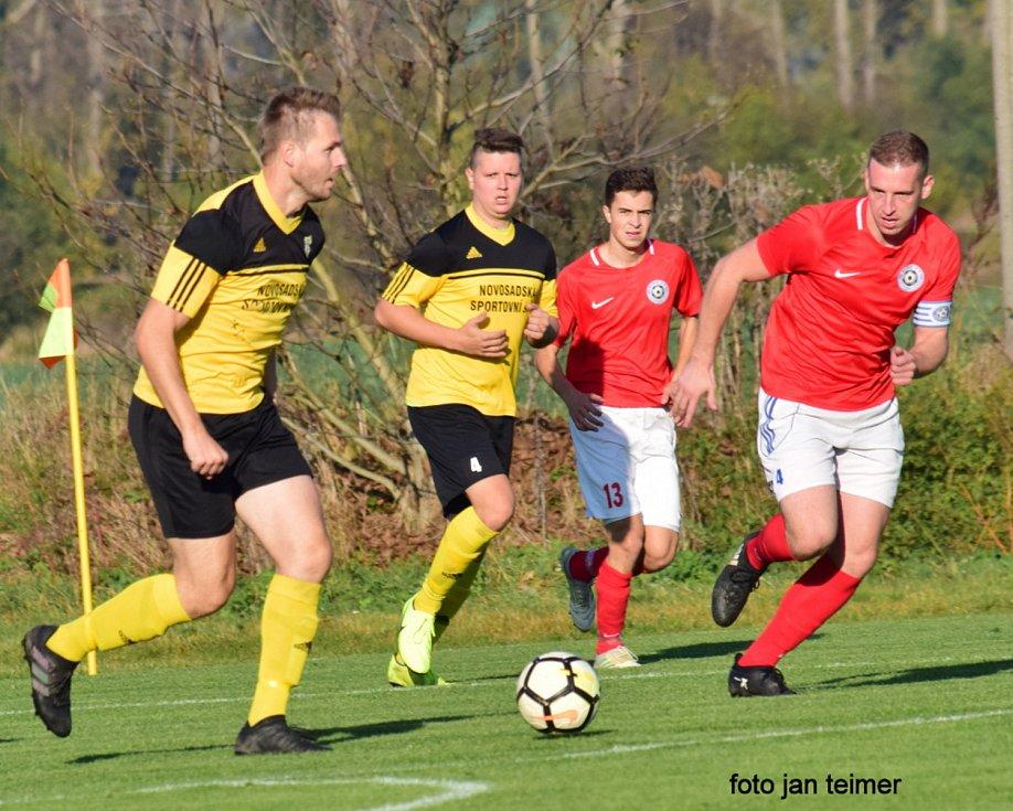 Fotbalisté Brodku u Přerova (v červeném) v domácím utkání s B-týmem Nových Sadů.
