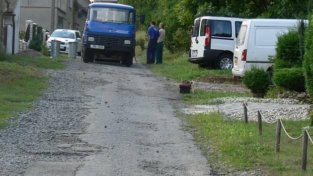 Vozovka v ulici Borošín v Čekyni