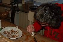 Podle sto padesát let staré receptury, kterou zdědila po své mamince, peče perníčky šestasedmdesátiletá Miloslava Smolíková ze Staré Vsi. Zdobit perníčky si mohli přijít v sobotu odpoledne zájemci do prostor občanského sdružení Cukrle U Bečvy v Přerově.