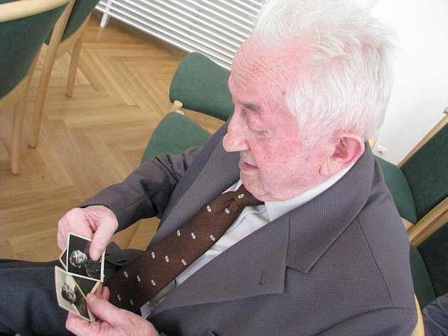 Václav Tomek bojoval za druhé světové války jako partyzán v Chorvatsku. Na snímku ukazuje fotky z té doby – bylo mu pouhých třiadvacet let.