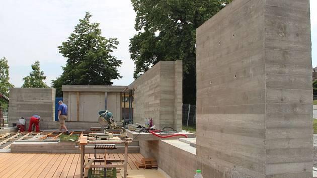V lokalitě Na Marku vyrůstá památník, který bude připomínat historii jednoty bratrské