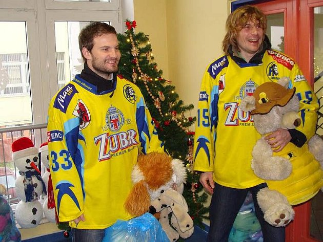 Hokejisté HC Zubr předali plyšové hračky dětem v přerovské nemocnici