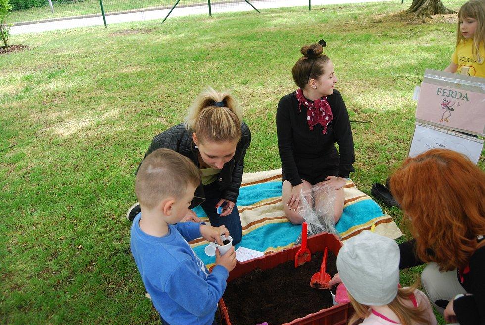 Tradičnímu zábavnému odpoledni pro rodiny s dětmi s názvem Míle pro mámu, které se konalo v sobotu odpoledne v přerovském parku Michalov, letos přálo počasí. Archivní snímek z roku 2019