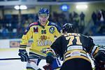 Hokejisté Přerova (ve žlutém) proti Sokolovu. Matouš Kratochvil na buly