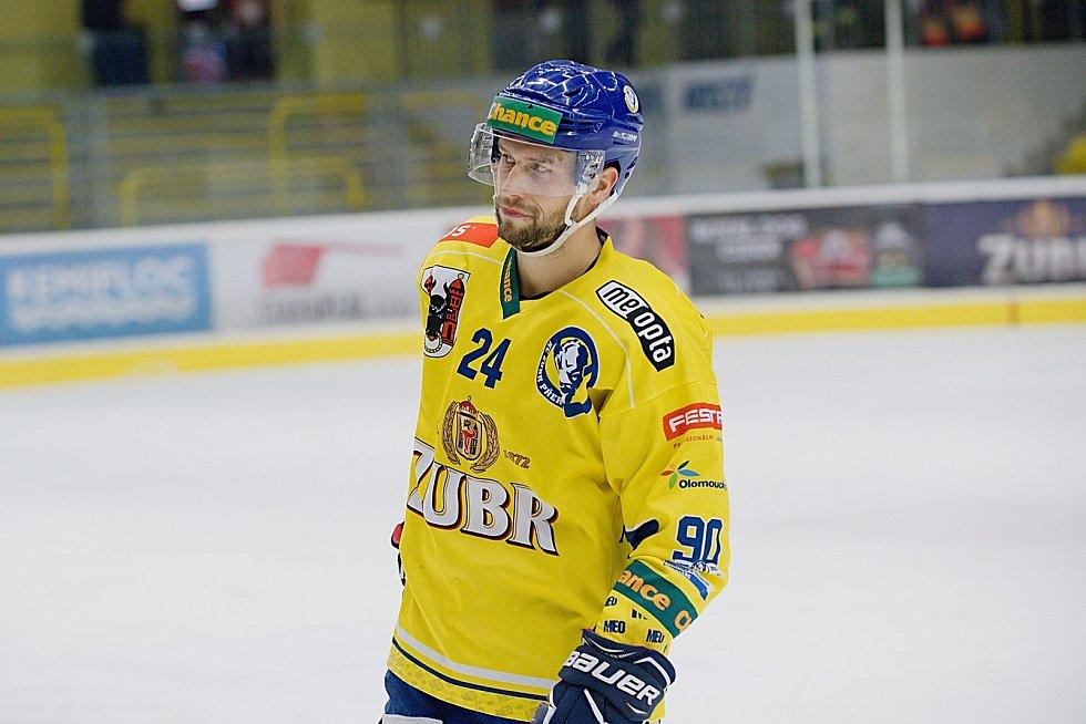 Hokejisté Přerova (ve žlutém) sestřelili Kadaň 8:2. Tomáš Doležal. Foto: Deník/Jan Pořízek