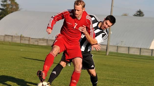 Fotbalisté Želatovic (v pruhovaném) v okresním derby proti Kojetínu