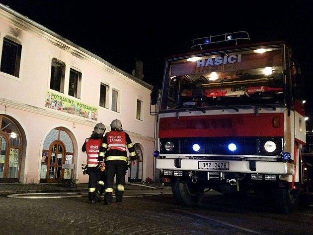 Hasiči ve středu v noci zasahovali při požáru bytu v Tovačově. Následky byly smutné – majitelé přišli o své domácí mazlíčky.