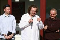 Kurátor Galerie plastik v Hořicích autor grafického vizuálu výstavy Tomáš Mates (vlevo), klenotník Tomáš Procházka (uprostřed) a akademický sochař Igor Kitzberger (vpravo).