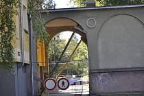 Na budově Střediska volného času Atlas a Bios v Žižkově ulici v Přerově se objevily praskliny.