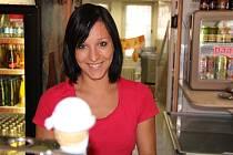 Pětadvacetiletá Pavlína, která pracuje v jedné z přerovských cukráren, tvrdí, že lidé mají chuť nejčastěji po práci a když je příjemně.