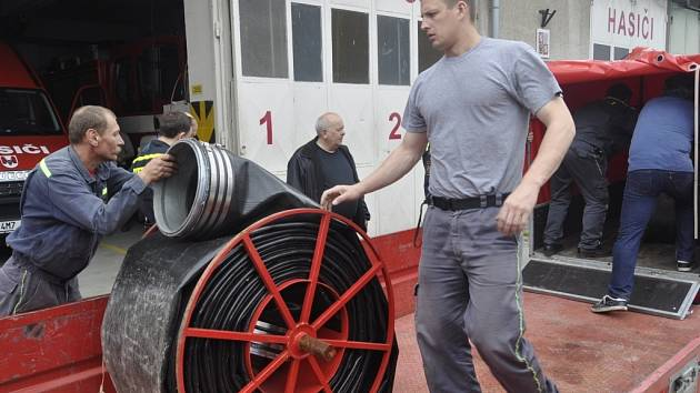 Přerovští hasiči naložili velkokapacitní čerpadlo a vyrazili do zaplavených Čech. V Praze budou pomáhat s odčerpáváním vody.