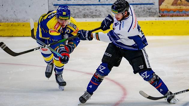 Hokejisté Přerova (v modrém) proti Azetu Havířov.