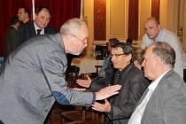 Na jednání přerovského zastupitelstva v pondělí vznikla zajímavá situace. Protože se zastupitelé nemohli vyjádřit k příspěvkům občanů, někteří z nich vstali od stolu, šli si sednout mezi veřejnost a hlásili se o slovo.