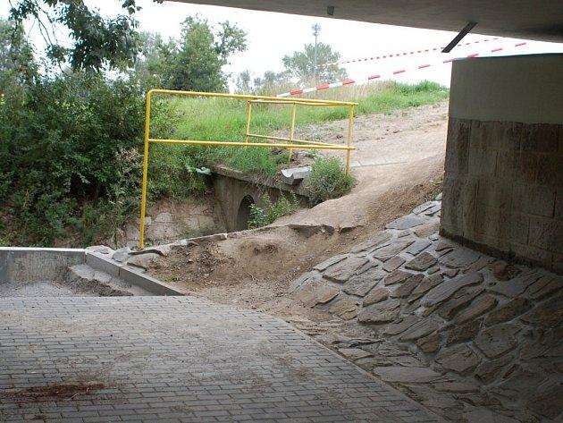 Nebezpečný úsek u Grymovského mostu. Zkratku využívají zejména ti, kteří se potřebují napojit z cyklostezky od Oseka na trasu směrem na Kozlovice