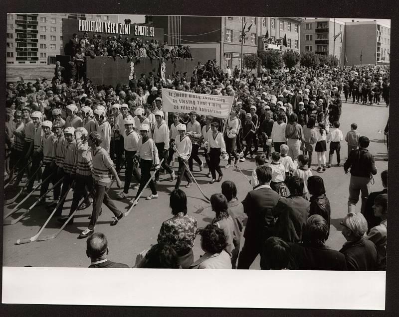 Tak vypadaly oslavy 1. máje v Přerově - velkolepé průvody, pozdravy soudruhů na tribuně a alegorické vozy firem, nazdobené tendenčními transparenty a hesly. Foto: František Toth