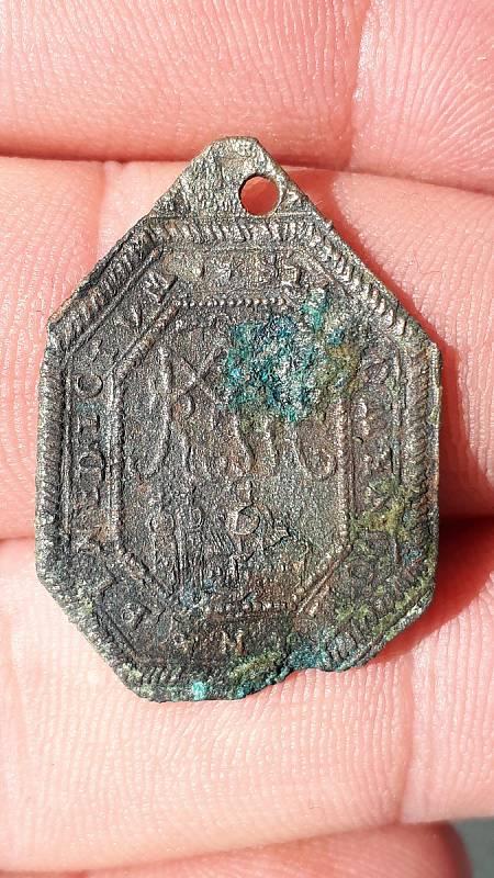 Archeologové našli při bádání v domě na Horním náměstí v Přerově mimo jiné i církevní medailon z poutního místa na Svatém Kopečku u Olomouce.
